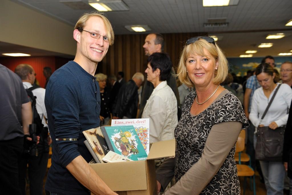 Buchspende unserer Stiftung für die Rosa Luxemburg Schule, links: Jan Glogau, Buchhandlung Wist, rechts: Direktorin Sabine Hummel