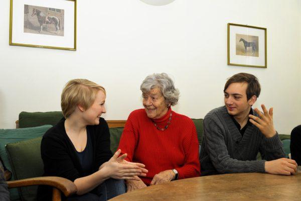 Frau Sallai mit den Jugendlichen