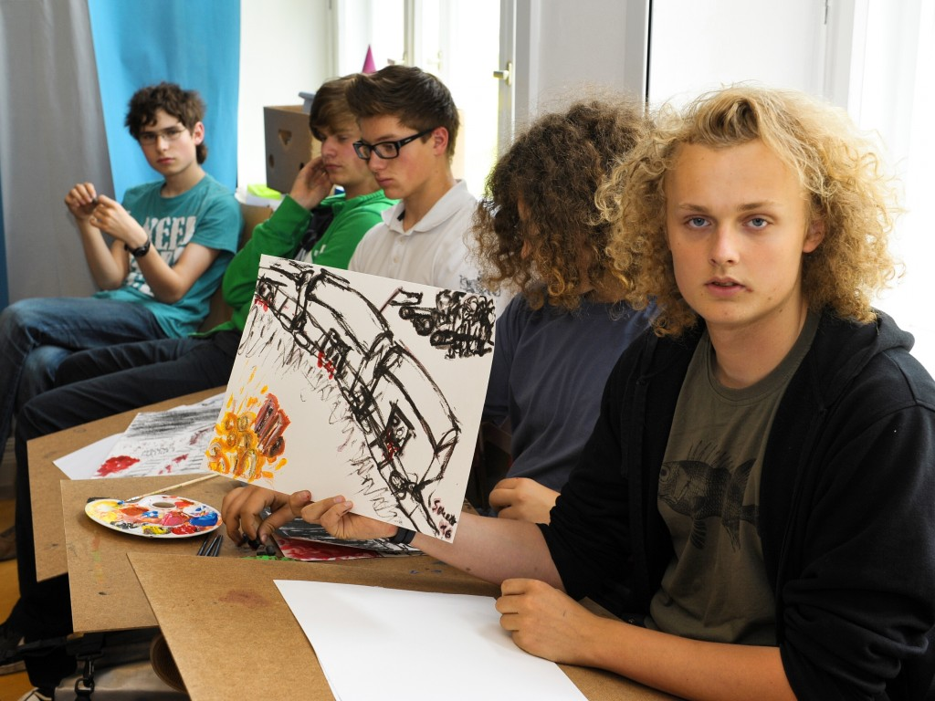 Jugendliche arbeiten künstlerisch zum Thema der Zeitzeugenlesung
