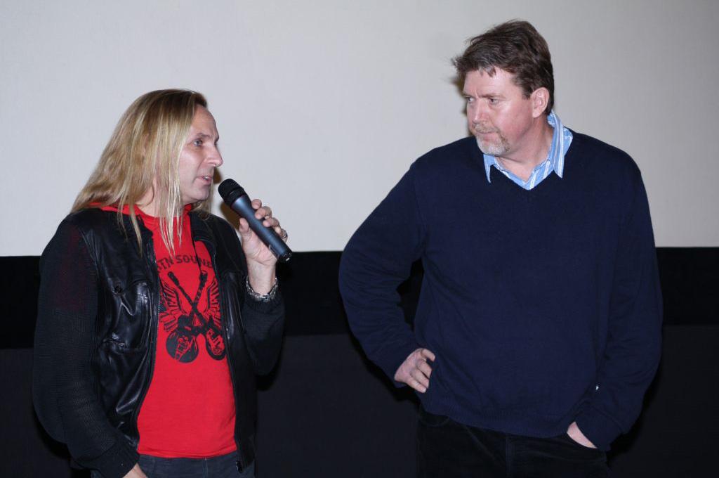 Musiker Uwe Hassbecker (links) und Regisseur Dieter Schumann (rechts) im Gespräch zum Film flüstern & SCHREIEN