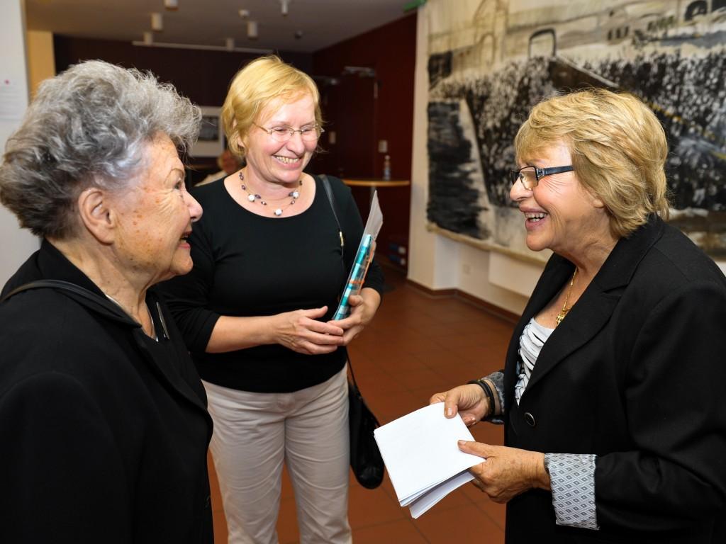 Empfang und Ausstellung, 26.6.2011, Potsdam, Mitte: Magdolna Grasnick, Ausländerbeauftragte der Stadt Potsdam, rechts. Sara Atzmon