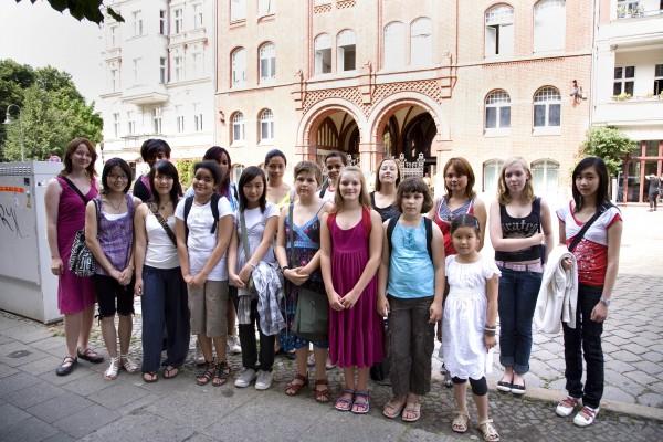 Die Patinnen vor der Synagoge, Rykestraße, Berlin