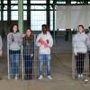In der heute ungenutzten Industriehalle tragen Jugendliche die Erinnerungen von ZwangsarbeiterInnen aus dem Aussenlager Eberswalde des KZ Ravensbrück vor.