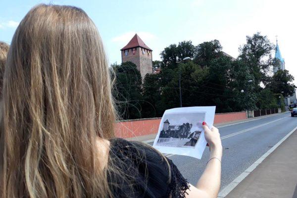 Vyialeta sucht die beste Perspektive für ihr Foto - SoLa Oswiecim 2018
